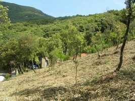 Terrain de 2670 m² avec une partie constructible dans un hameau sympa avec de jolies vues.