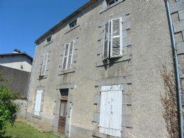 Vaste maison ancienne à rénover comprenant :  entrée, séjour, salon, 1 pièce, WC