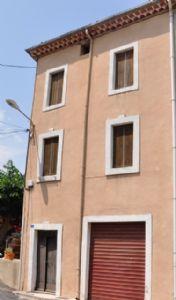 Jolie maison à rafraîchir avec 3 chambres et possibilité de faire une terrasse.