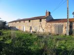 Seule dans le village,  typique fermette à rénover avec environ 9000 m² de terrain