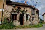 La maison se situe dans un hameau, sur la commune de Chatelus Malvaleix