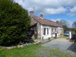 Une petite maison en pierre, rénovée avec goût, et un jardin clôturé dans la Campagne