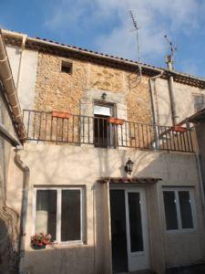 Grande maison de village rénovée avec 3 chambres, grenier aménageable et bel espace extérieur.