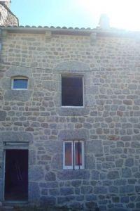 Maison de village mitoyenne des deux coté, en cours de travaux, avec un terrain de 240m²