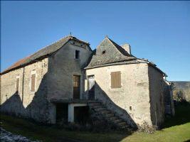 Une maison en pierres à rénover, située dans un hameau paisible