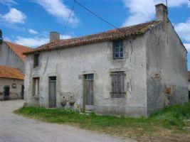 AZAT-LE-RIS (87360) : Maison ancienne à rénover dans un hameau, petit jardin.
