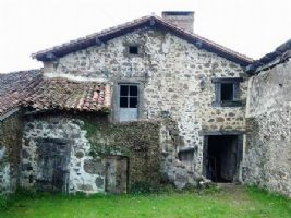 Petite maison à rénover avec beaucoup de charme et du caractère.