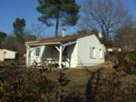 Sud Charente. Bungalow dans village de vacances avec étang et piscine.
