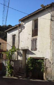 Maison de hameau et de caractère à rénover de 110 m² habitables plus caves. Petit prix.