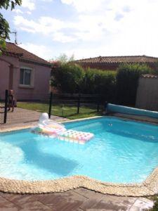 Jolie villa de 157 m² habitables avec 5 chambres sur 698 m² de terrain avec piscine.