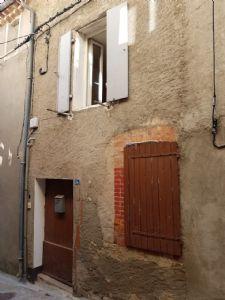 Maison de village à rénover avec possibilité de 90 m² habitables, dans un village recherché.
