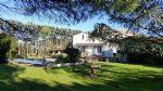 Dans un ancien domaine, habitation de 280 m² habitables sur 3500 m² avec piscine et annexe.