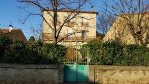 Belle maison en pierres à moderniser avec dépendances et jardin.