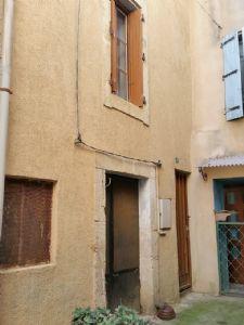 Maison de village à moderniser de 50 m² habitables bien située dans une impasse calme.