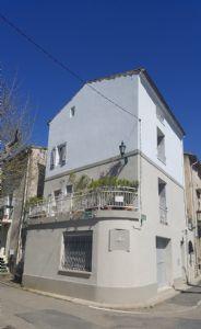 Jolie maison de village de 93 m² habitables avec 3 chambres, garage, terrasses et balcon.