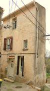 Maison de village rénovée de 90 m² habitables avec cave voûtée et balcon.
