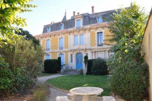 Dans un château, appartement à rénover de 85 m² plus grenier aménageable et jardin commun.