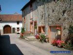 Maison dans village historique avec remparts située dans quartier calme,  à 100 m de la Saône