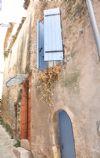 Maison en pierres rénovée avec 2 chambres et cave voûtée.
