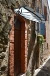 Maison en pierres rénovée de 45 m² habitables et cave voûtée.