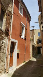 Maison de village de 77 m² habitables en bon état au coeur du village avec terrasse.