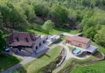 Propriété du XVIIIe avec 1 maison, 2 gîtes et 3 chalets sur 10 hectares de bois et prairies.