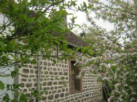 Jolie maison de campagne située dans hameau paisible mais maintenant besoin d'une remise à neuf