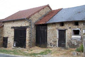 Petite maison à rénover avec grange et un jardin.