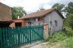 petite maison d'habitation de plain pied avec un jardin