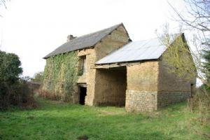 Broons: ancienne bâtisse indépendante à rénover en campagne