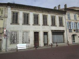 Centre ville de Mirambeau - maison à rénover entièrement.