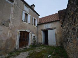 Secteur CHERVEIX CUBAS, ancienne maison avec grange attenante, une cour