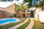 Maison en pierres rénovée avec 150 m² habitables, terrasses, sauna, jardin, piscine et revenus.