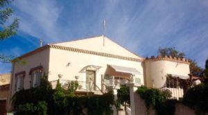 Maison vigneronne rénovée de 145 m² habitables au centre du village sur 907 m² avec piscine.