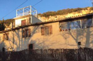 Maison de village de 170 m² habitables avec 4 chambres, garage et possibilité de terrasse.