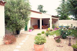 Jolie villa de plain pied de 130 m² habitables sur 700 m² avec piscine, près du Canal du Midi.
