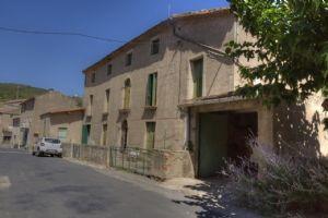 Spacieuse maison vigneronne à rénover avec 6 chambres sur 2000 m² avec ruisseau.