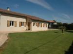 Maison en très bon état avec de beaux jardins.