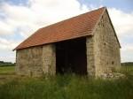 Batiment agricole en pierres apparentes (70 m2) et la ruine d'une ancienne fermette (a reconstruire