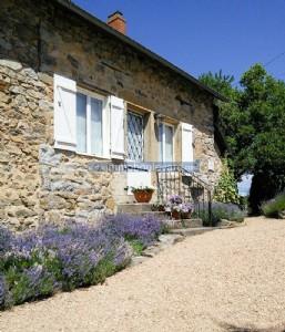 Cette ferme en pierre magnifiquement renovee est situee pres d'Arleuf, un village avec une epicerie