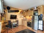 Studio en rez-de-chaussée comprenant une pièce de vie avec cuisine équipée