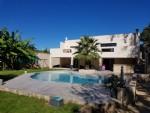 Villa contemporaine de 152 m² plus sous-sol de 150 m² et garage sur 994 m² avec piscine.