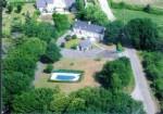Grande maison en pierre avec piscine et studio.