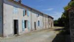 Maison ancienne dans hameau, St Jean D'Angely