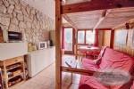Ce magnifique appartement aménagé judicieusement possède une grande pièce à vivre, un coin montagne