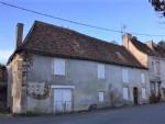 Ancienne maison de village, comprenant: au rdc: une cuisine avec cheminee, placards