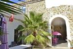 Jolie maison vigneronne d'environ 400 m² habitables avec piscine intérieure et spa.