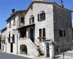 Maison en pierres avec chambres d'hôtes, appartement privé et gîte sur 964 m² de terrain.