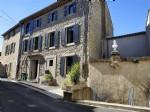 Maison en pierres offrant habitation principale et gîte indépendant sur 8512 m² avec piscine.
