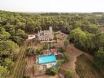 Château historique rénové avec 11 chambres, 9 salles de bains sur 4.5 ha avec piscine et vigne.